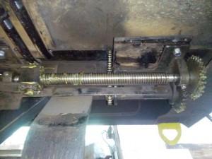 Feststellbremsmechanik unten am Wagenboden