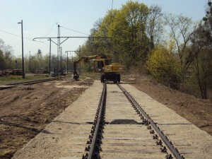 und zum Schluss mit Gleiskies eindecken und rundherum das Gelände schick machen