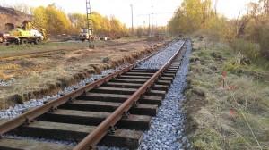 neues Gleis aufbauen, einschottern und stopfen (Foto S. Weißenberg)