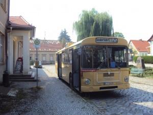 Der Sonderfahrtbus vor unserem Bahnhofsgebäude (Foto: A.Hauschild)