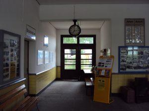 der Durchgang zum Bahnsteig
